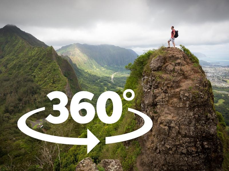 山の頂に立っている男性の写真