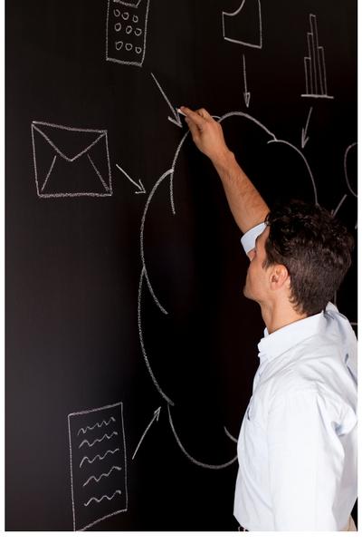 黒板にクラウドを説明する絵を描いている男性