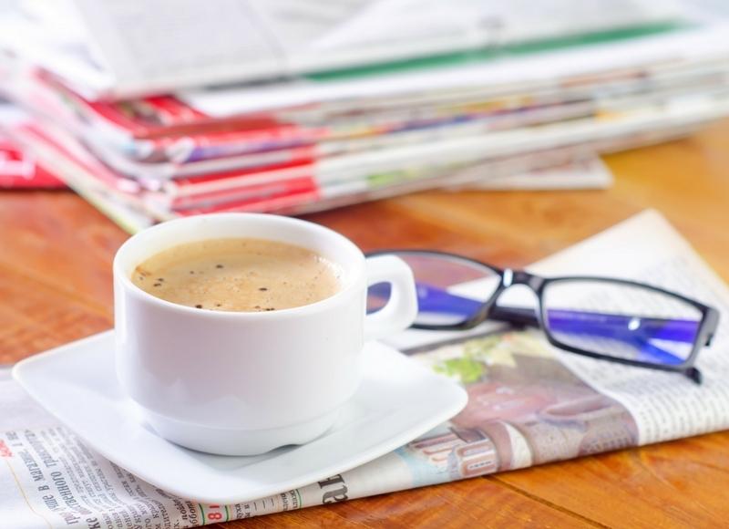 コーヒー、雑誌、眼鏡が写っている写真