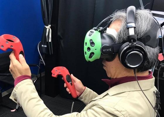 器具を装着してVR体験をしている自分の写真
