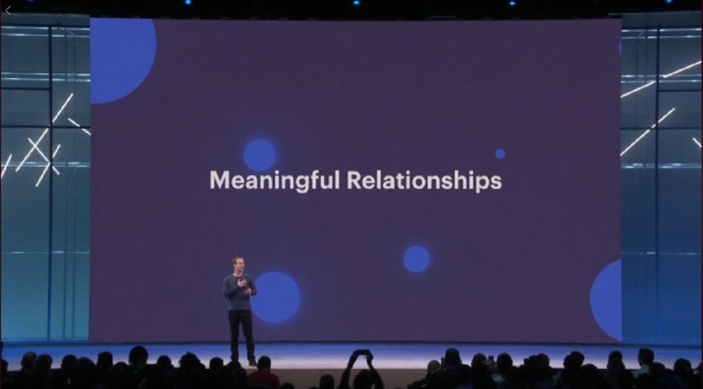 F8で基調演説するザッカーバーグ社長。背景には、meaningful relationshipsとの表示
