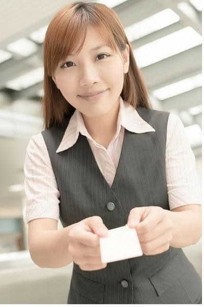 名刺を差し出す女性の写真