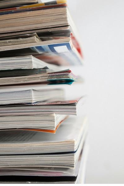 積み上げられた雑誌を横から写した写真