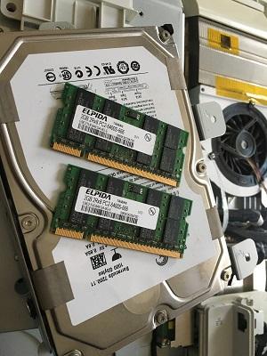 取り出したハードディスクとメモリーの写真