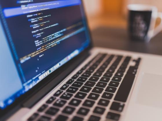 コーディング作業中のパソコン画面