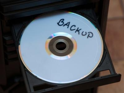 トレーにおかれたバックアップ用CDの写真