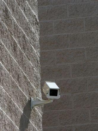 壁に取り付けられたセキュリティーカメラ