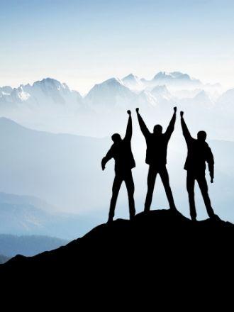 山々と3人のシルエット