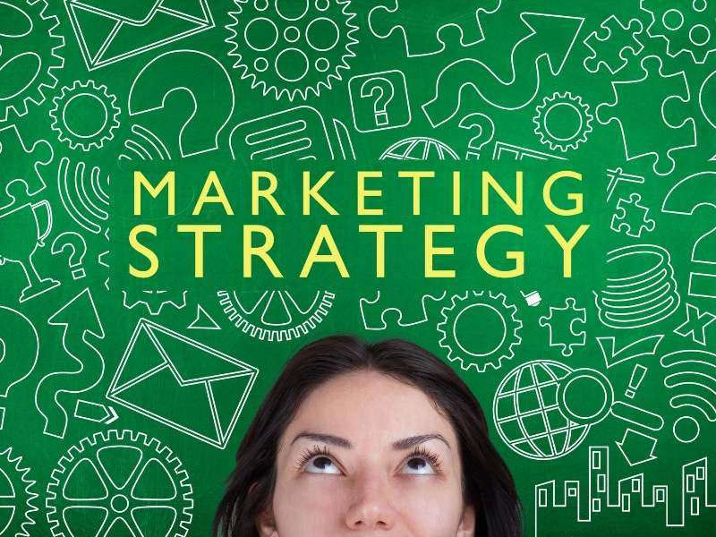 Marketing Stragegyの文字を見上げる女性