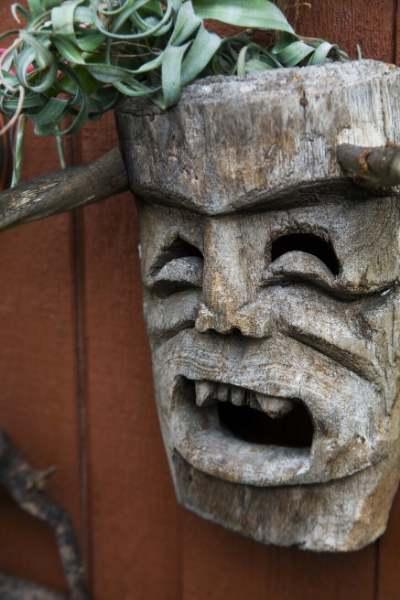 木彫りの鬼の顔