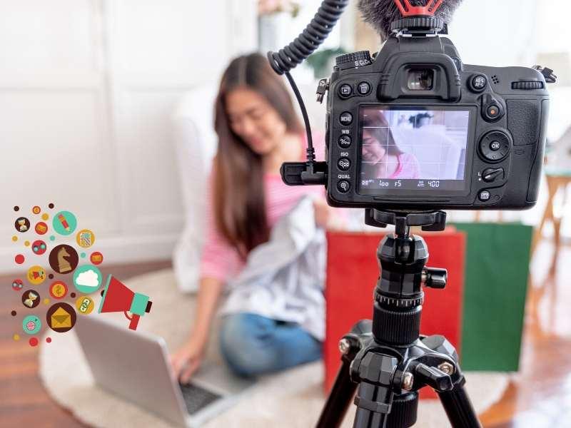 カメラで動画を撮影している女性の写真