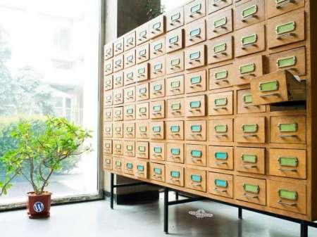 図書館の分類カードのボックスの写真