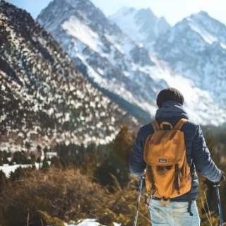 登山をしている男性の後ろ姿の写真