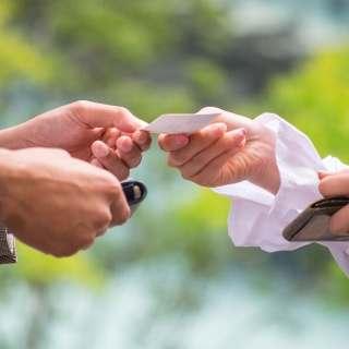名刺を交換している手の部分の写真