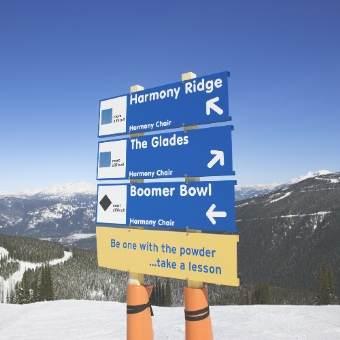 雪山の頂上に設置された、行き先の案内板の写真