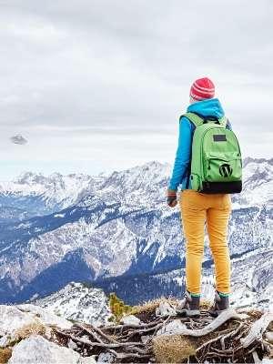 山脈を見下ろす登山者の後ろ姿の写真。ワードプレスのロゴ入りのバックパックを背負っている。