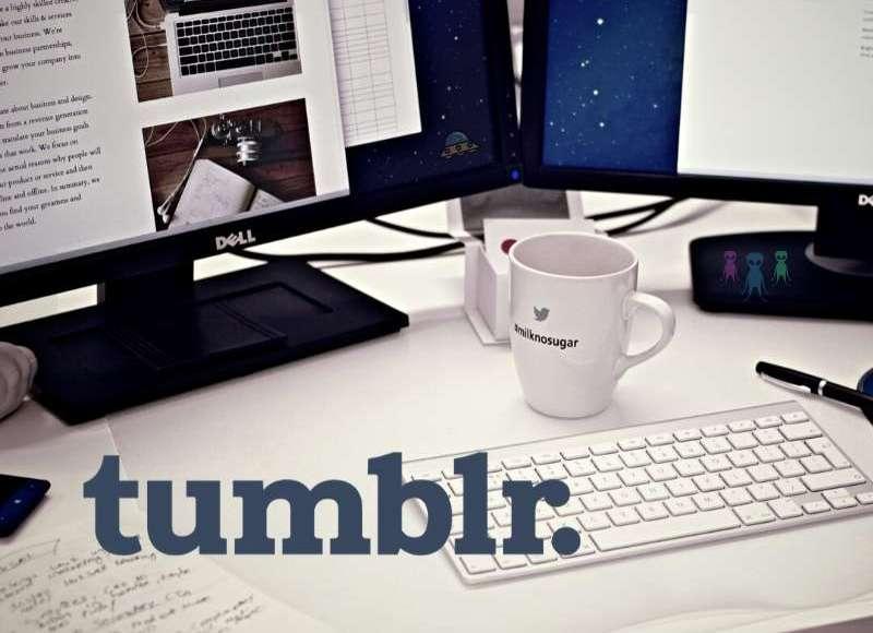 ブログ記事作成時の机のイメージにtumblrのロゴマーク