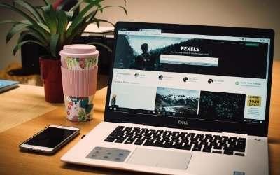 ノートパソコンで、ウェブサイトを表示している写真