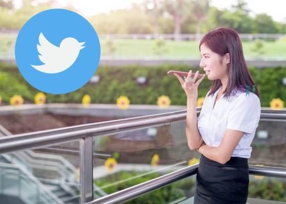 スマホに話している女性の写真にツイッターイメージのロゴ
